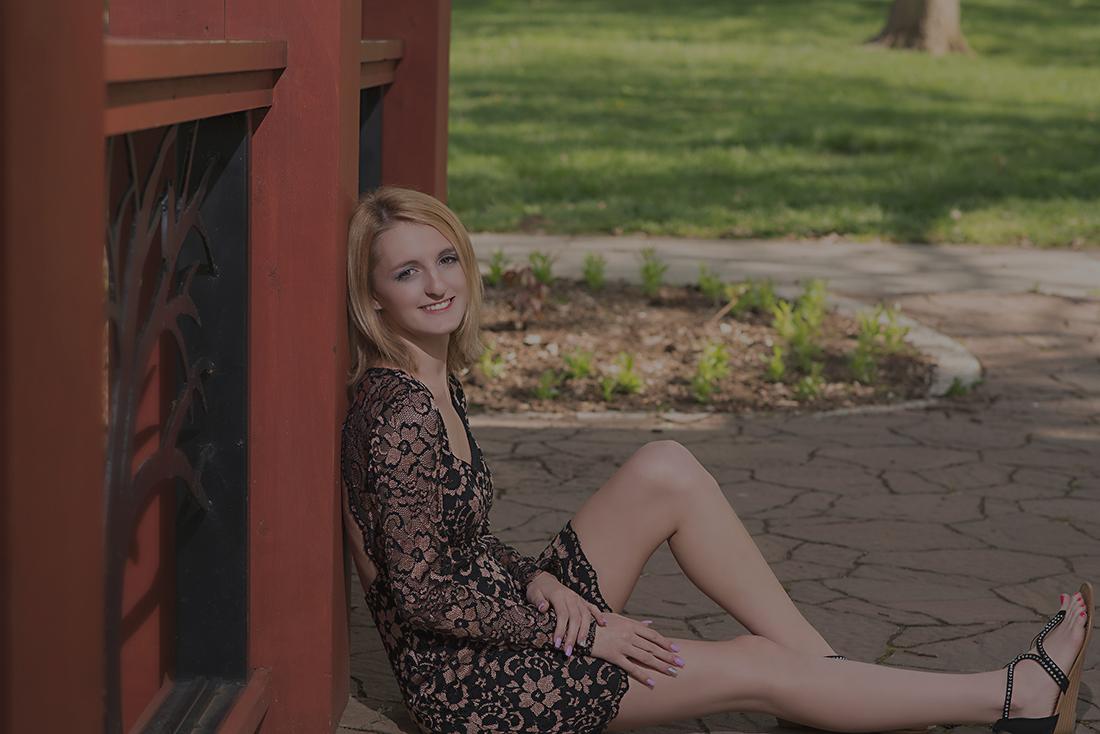 senior portrait girl leaning against railing